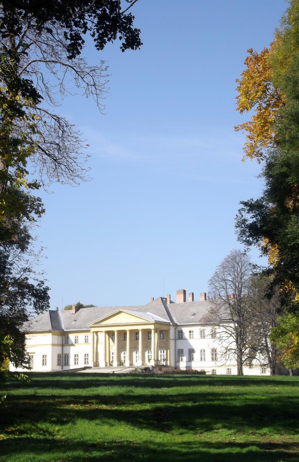 Parkból nézve a kastély