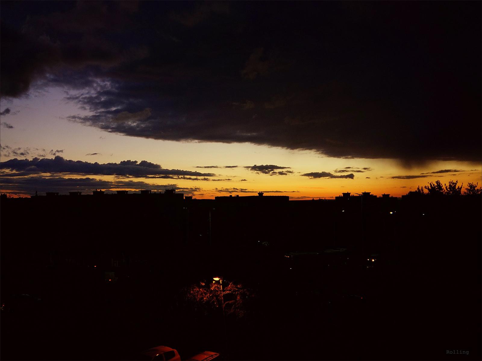 Fekete felhők közt.