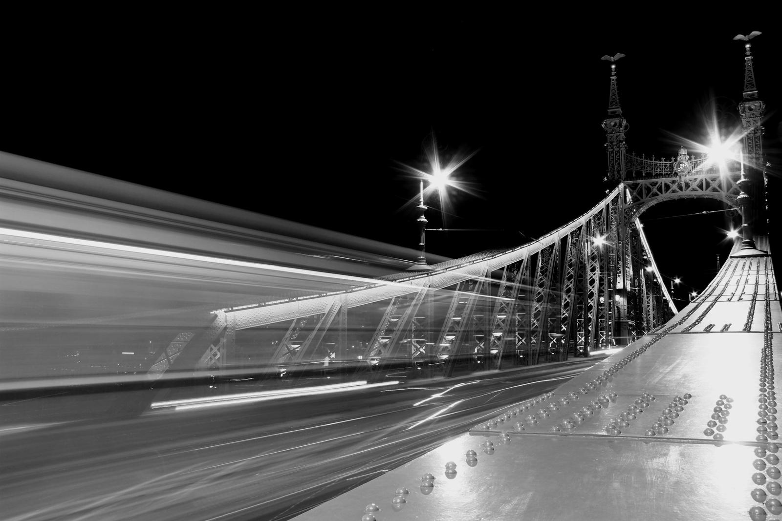 Fényfestés villamossal a Szabadság-hídon