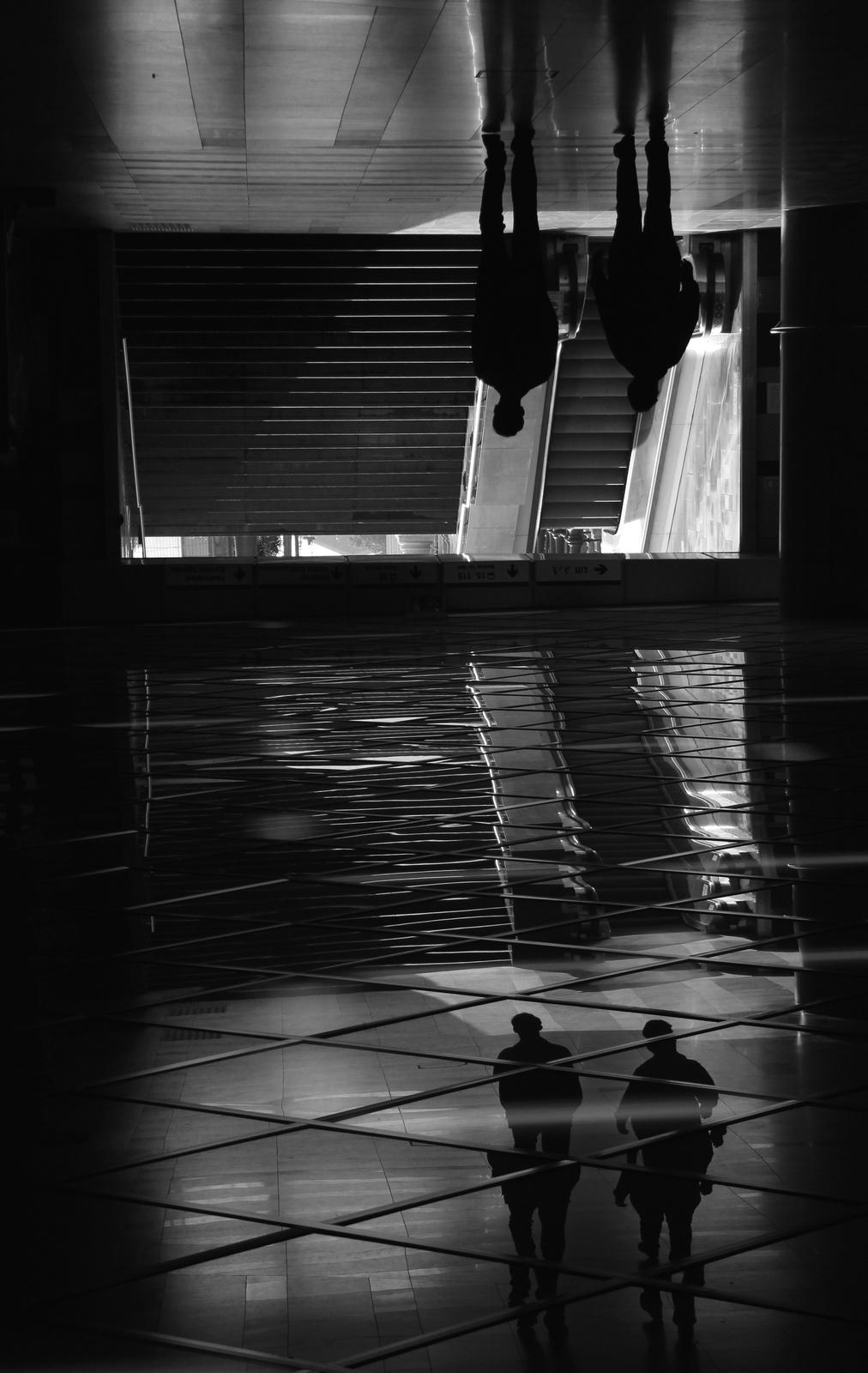 Lépcső tükörmennyezettel, két emberrel